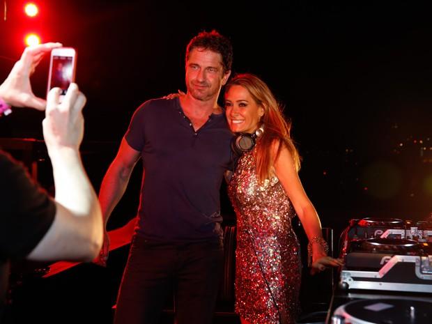 Gerard Butler posa com a DJ em festa na Zona Sul do Rio (Foto: Felipe Panfili/ Ag. News)