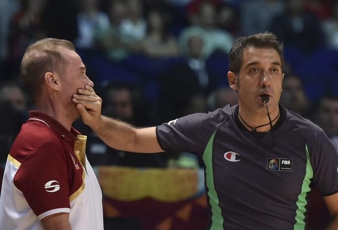 Técnico Nestor Garcia ganha um cala a boca do árbitro Juan Garcia (Foto: YURI CORTEZ / AFP)