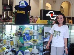 Anneliese vende itens do Brasil (Foto: Divulgação)
