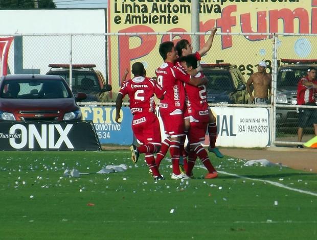 Jogadores do América-RN comemoram gol contra o ABC (Foto: Jocaff Souza)
