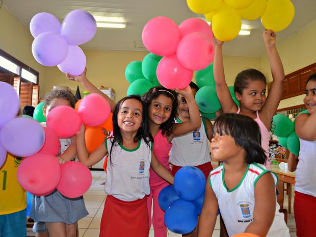 Ana Oliveira, de 5 anos, comemorou o primeiro Dia das Crianças na escola após o implante coclear (Foto: Caio Fulgêncio/G1)