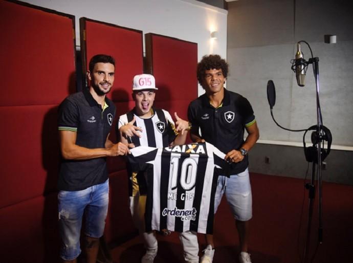 """MC G15 gravou nova versão de """"Deu Onda"""" com Rodrigo Pimpão e Camilo (Foto: André Durão)"""
