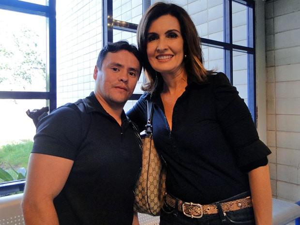 Azarão ou sortudo? Lúcio tietou Fátima e fez questão de tirar foto com ela (Foto: Encontro com Fátima Bernardes/TV Globo)
