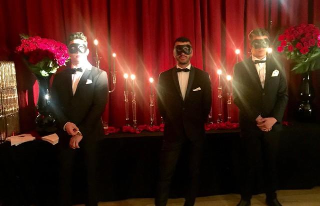 """A entrada para o evento: recepção """"mascarada"""" (Foto: Andrea D'Andrea)"""