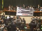 Deputados da oposição abrem faixa com crítica ao governo no plenário