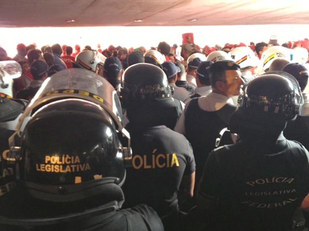 Policiiais fazem a proteção do prédio da Câmara dos Deputados (Foto: Fabiano Costa / G1)