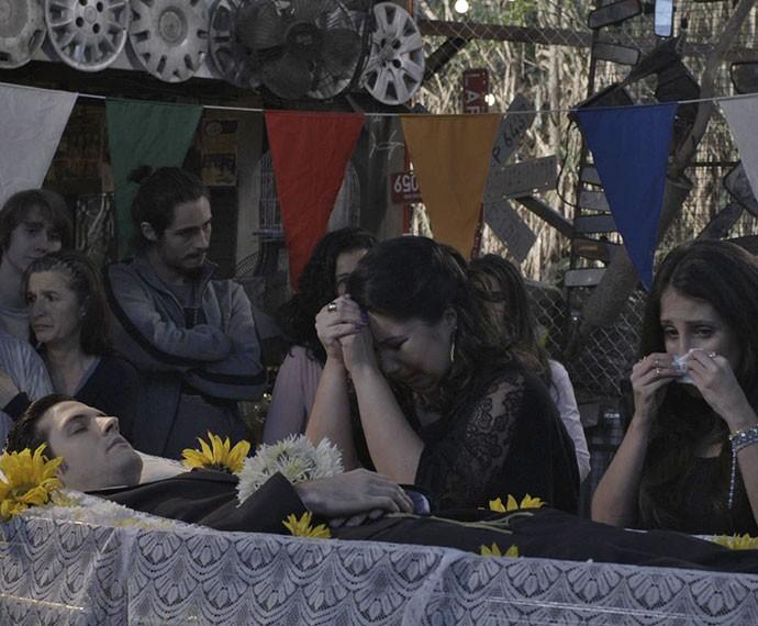 Claudete e Mirela choram a morte do amado (Foto: TV Globo)