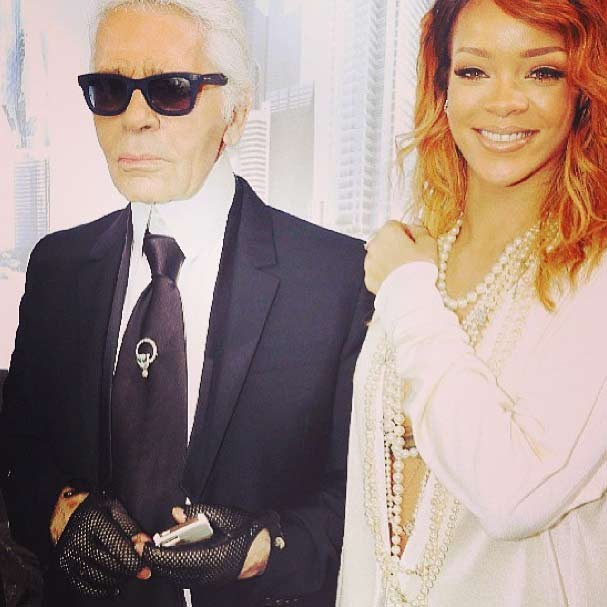 A cantora ao lado de Karl Lagerfeld, estilista da Chanel, após o desfile (Foto: Reprodução/Instagram)