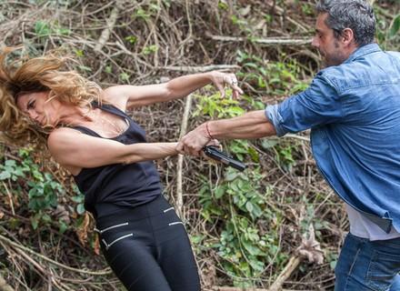 Romero briga com Atena e foge de capanga de Zé Maria