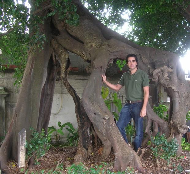 Botânico Ricardo Cardim junto de árvore mais antiga de São Paulo, uma figueira localizada em Sacomã (Foto: Ricardo Cardim/Arquivo Pessoal)