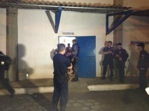 Policiais entrando no presídio Urso Branco (Foto: Vanessa Vasconcelos/G1)