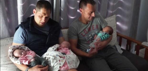 Christo e Theo Menelou com os bebês Joshua, Zoe e Kate (Foto: Reprodução)