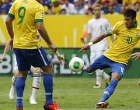 Neymar acertou um belo chute aos 3 minutos de jogo e marcou o primeiro gol da Copa das Confederações (Foto: Eugene Hoshiko/AP)