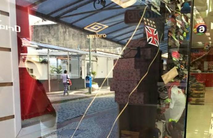 Curtinha  loja já exibe camisa 3 do Vasco que será lançada nesta sexta 8f8e457f7168c