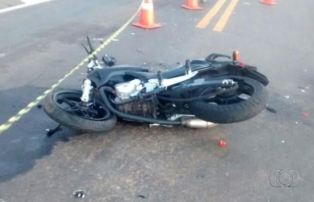 Motociclista não conseguiu frear e colidiu contra caminhonete na BR-050, em Goiás (Foto: Divulgação/ PRF)