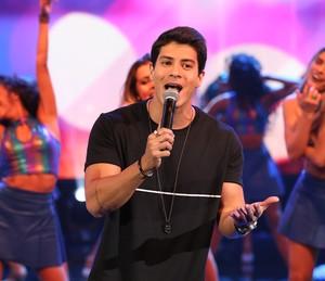 Arthur Aguiar lança música no 'Domingão' (Foto: Carol Caminha/TV Globo)