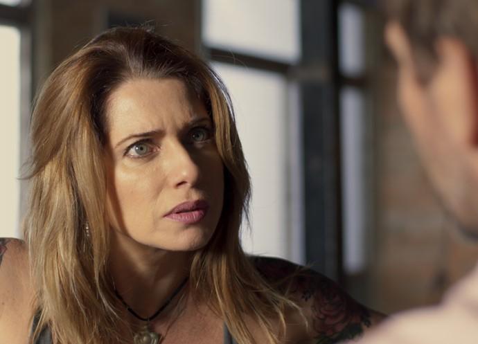 Lenita não gosta de saber que Felipe vai viajar (Foto: TV Globo)