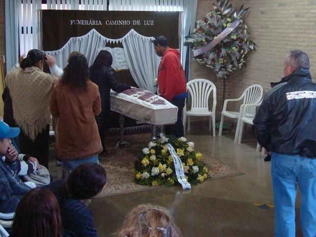 Parentes e amigos velaram corpo no cemitério N. S. de Fátima (Foto: Reprodução / TV Tem)
