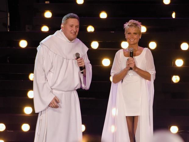 Padre Marcelo Rossi com Xuxa na gravação do DVD 'Ágape amor divino' (Foto: Divulgação/Pedro Carrilho)