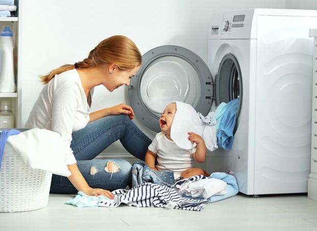 Mãe e filha cuidando da roupa (Foto: ThinkStock)