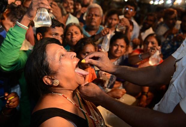 Indianos engolem peixe vivo para tratar problemas respiratórios (Foto: Noah Seelam/AFP)