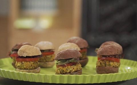 Hambúrguer vegetariano de quinoa e tofu