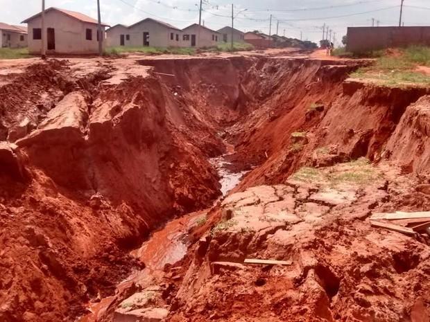 Cratera em Naviraí tem 16 metros de profundidade (Foto: Edmar Melo/ TV Morena)