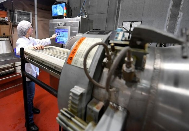 Diretora de Serviços Técnicos, Lea M Mohr, carrega embalagens de comida em máquina MATS-B, que utiliza uma nova tecnologia de micro-ondas que a Amazon.com está avaliando (Foto: Harrison McClary/Reuters)