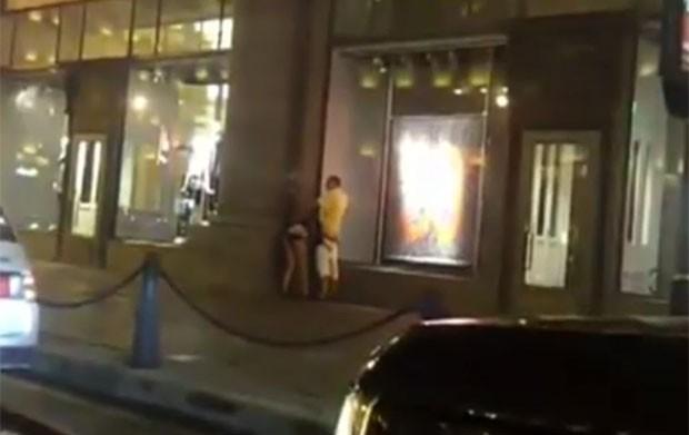 Apesar do movimento na rua, a mulher chegou a fazer sexo oral no parceiro. (Foto: Reprodução)