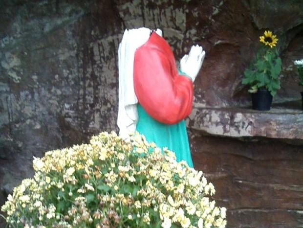 Vândalos arrancaram cabeça de Santa  (Foto: Zane ZC / Arquivo Pessoal)
