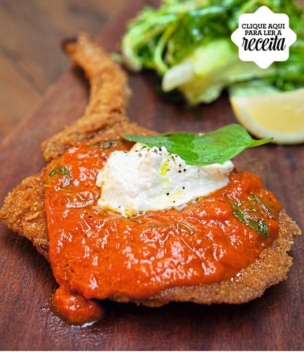 Cotoletta de porco à milanesa encimada com molho pomodoro, mozarela de búfala e ricota (Foto: Lufe Gomes / Editora Globo)