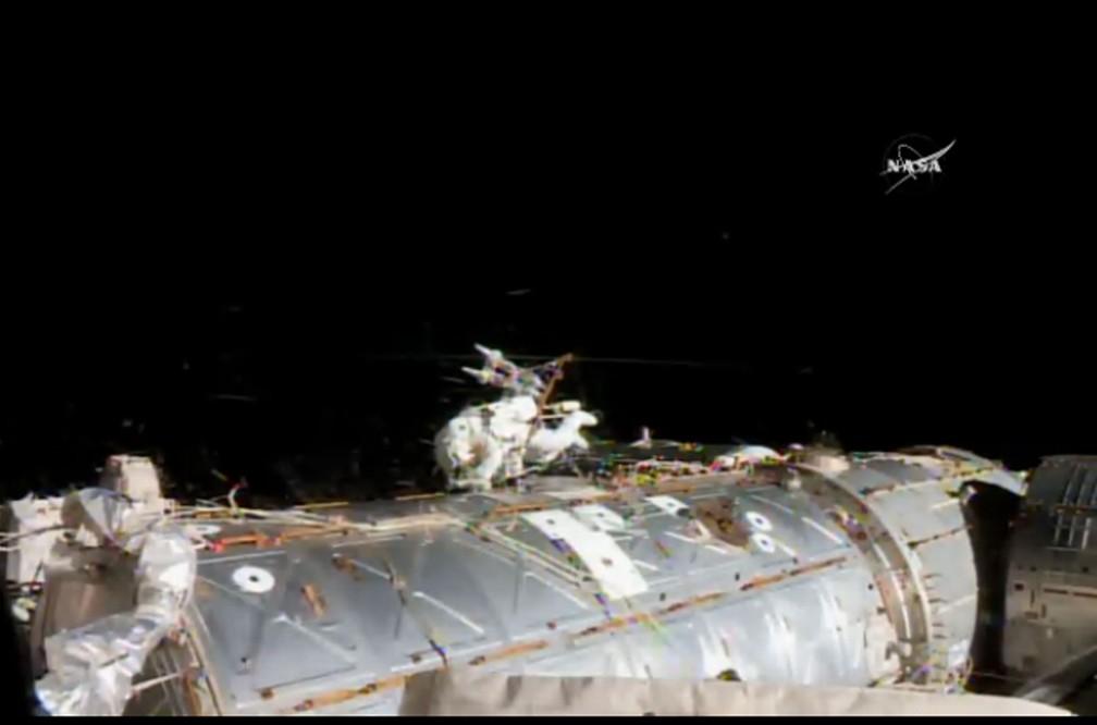 Astronautas iniciam caminhada espacial para fazer reparos em computador
