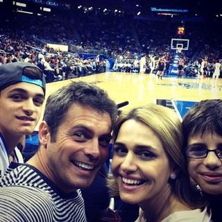 Luigi Barricelli com a mulher, Andréa, e os filhos Vicenzo e Vittorio em jogo de basquete em Orlando, nos Estados Unidos (Foto: Twitter/ Reprodução)