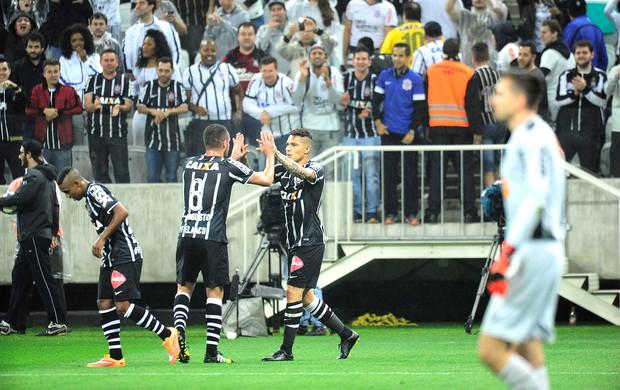 Paolo Guerrero comemora gol do Corinthians contra o Atlético-mg (Foto: Marcos Ribolli)