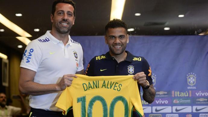 Edu Gaspar entrega a Daniel Alves camisa 100 comemorativa da seleção  brasileira (Foto  Pedro 0e44fdebbb9a4