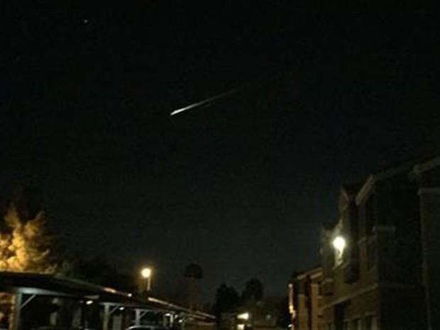 Um rastro de luz, provocado pela combustão de lixo espacial, é visto no céu a partir de um prédio em Las Vegas na noite de terça (22) (Foto: Gunnar Lindstrom via AP)