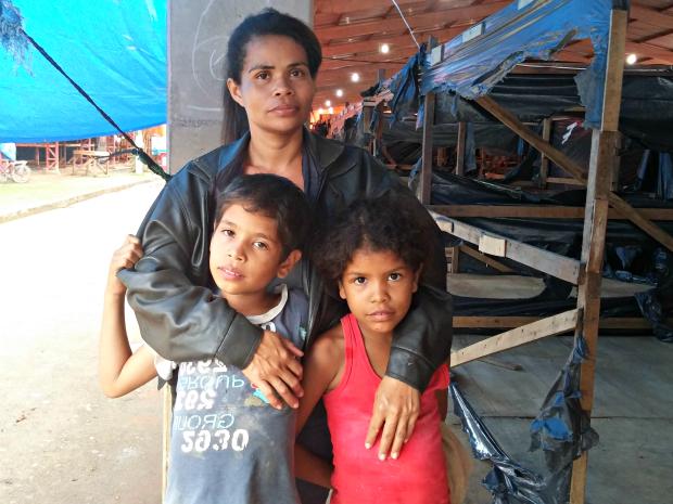 Antônia Joelma, moradora do Taquari, está no abrigo há 38 dias com os dois filhos  (Foto: Iryá Rodrigues/G1)