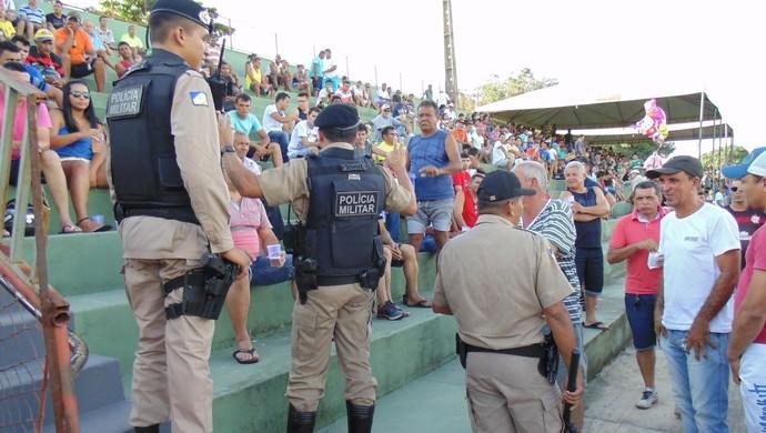 Policiais interferiram, mas não identificaram o torcedor que ofendeu o atleta (Foto: Marcelo Gris/ Guaraí Notícias)
