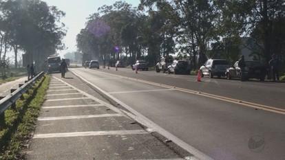 Acidente com 10 carros e uma moto fecha faixa da SP-225 em São Carlos