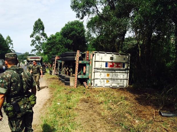 Caminhão tombou em rodovia de Carlos Barbosa (Foto: Altamir Oliveira/Rádio Estação FM)