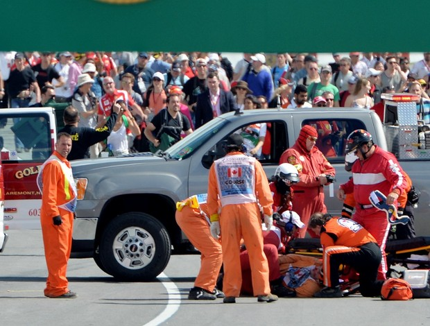 Fiscal é atendido por equipe médica logo após ser atropelado no Canadá (Foto: AFP)