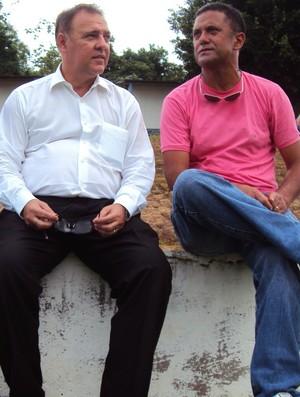 O diretor de futebol Geovanni Silva, de camisa rosa, conversa com o presidente do Naça, Luis Mitoso, sobre futuras contratações (Foto: Adeilson Albuquerque/Globoesporte.com)