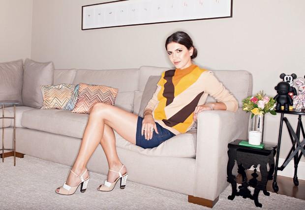 De cashmere Céline, shorts Amapô e sandálias Fendi Styling: Raquel Lionel (Foto: Lamb Taylor)