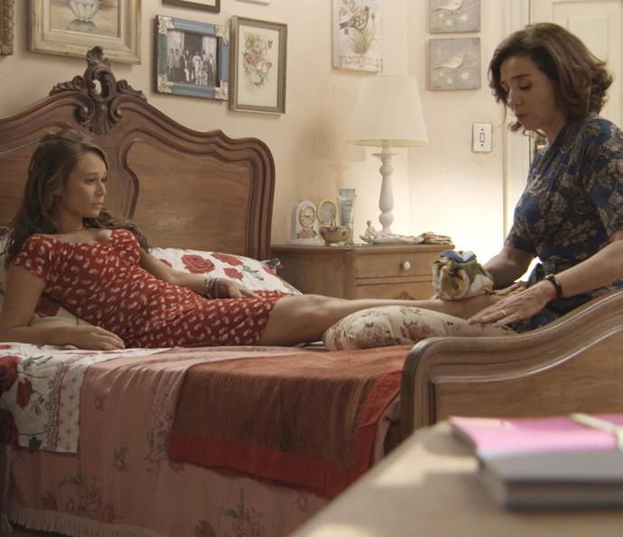 Mãe e filha conversam enquanto cuidam do pé machucado de Tancinha (Foto: TV Globo)