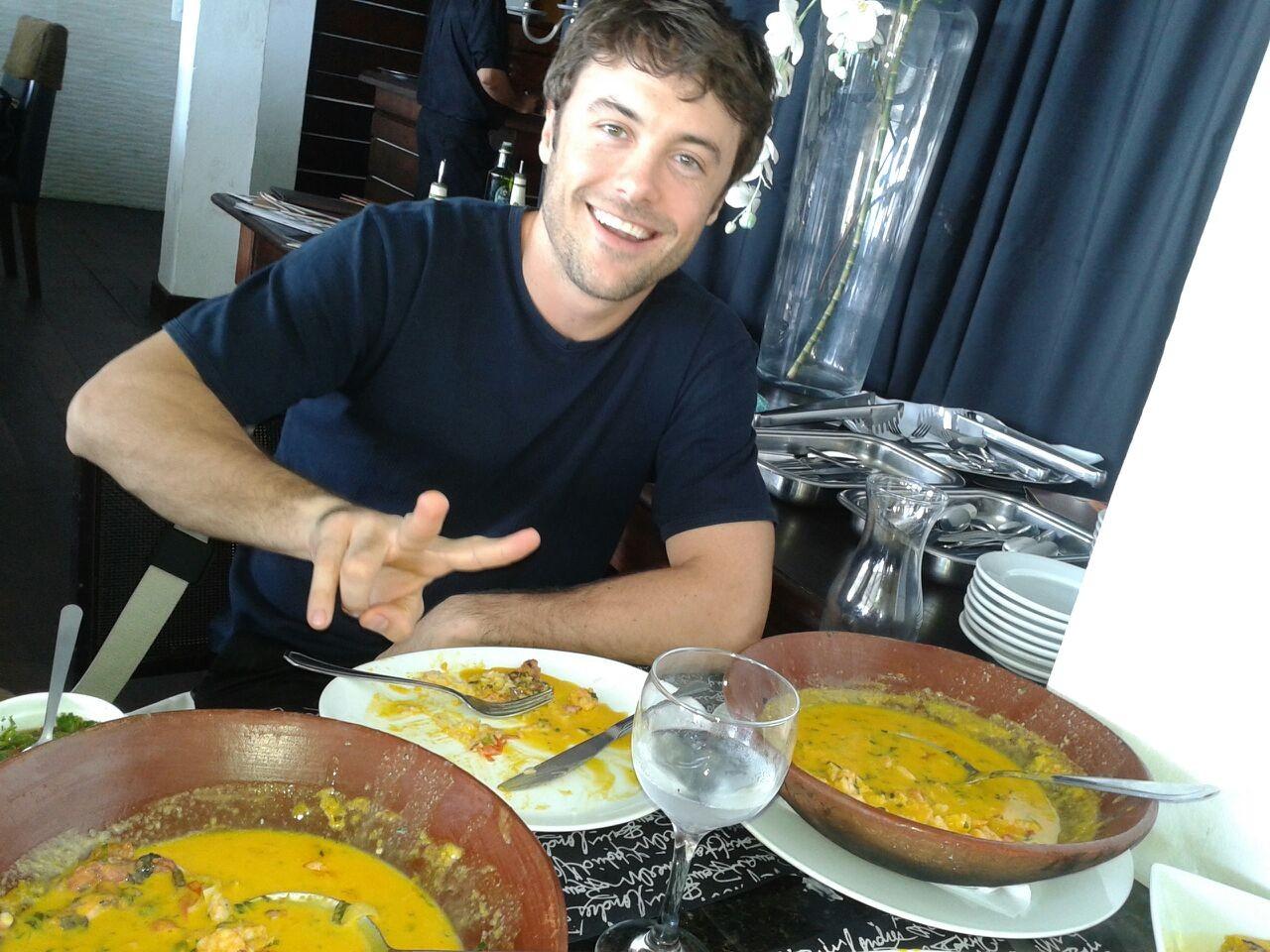 Kayky Brito experimenta moqueca baiana de camarão com polvo (Foto: Camila Salles)