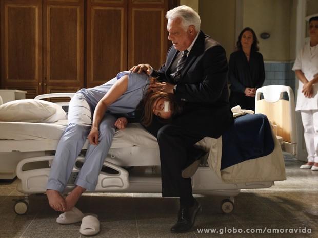 Paloma adormece no colo de César (Foto: Amor à Vida / TV Globo)