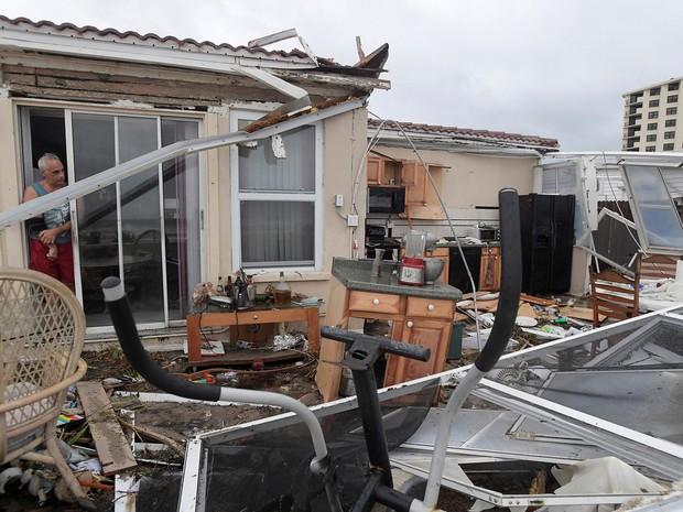 Morador verifica danos a sua cozinha após passagem do furacão Matthew em Ormond Beach, na Flórida  (Foto: Reuters/Phelan Ebenhack)