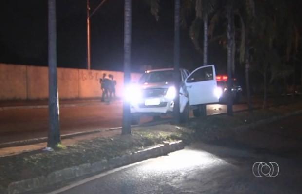 Assaltantes bateram caminhonete contra palmeira no Setor Jardim Europa, em Goiânia (Foto: Reprodução/ TV Anhanguera)