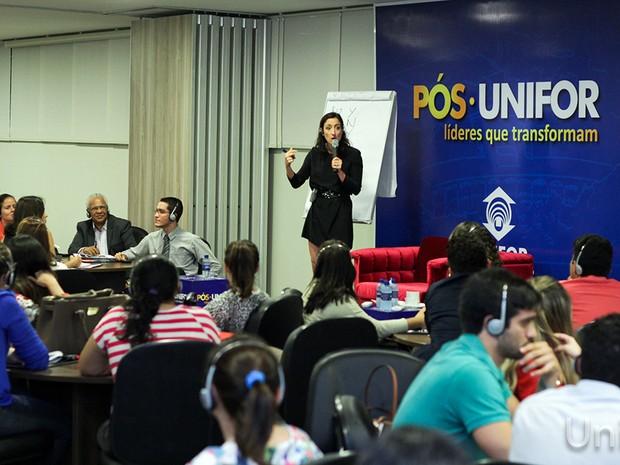 Alexandra Carter, professora da Universidade de Columbia, ministra aula sobre mediação de conflitos para os alunos da Pós-Unifor (Foto: Ares Soares/Unifor)