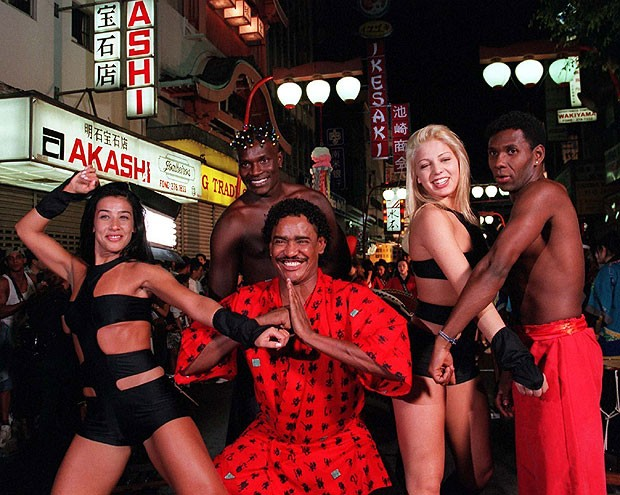 Jacaré, Scheila Carvalho, Compadre Washington, Sheila Mello e Beto Jamaica na gravação do clipe da música 'Ariga Tchan', em dezembro de 1998 (Foto: Agencia O Globo)